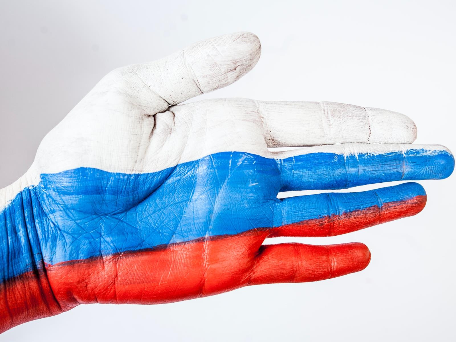 Hand, in den russischen Nationalfarben bemalt